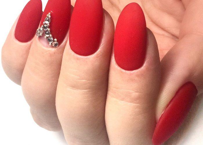 красный со стразами на безымянном пальце