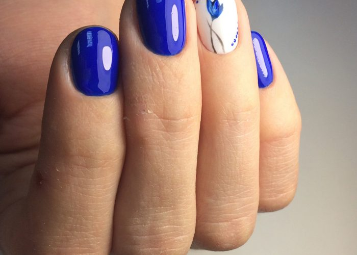 синий дизайн на короткие ногти