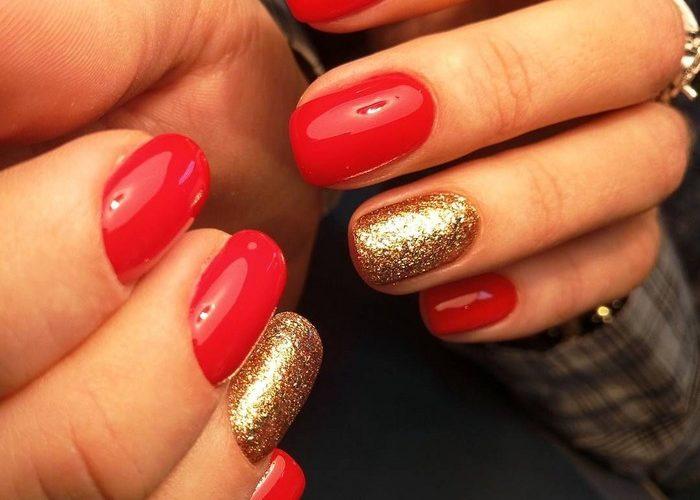 Дизайн ногтей красный с золотом - фото актуального маникюра